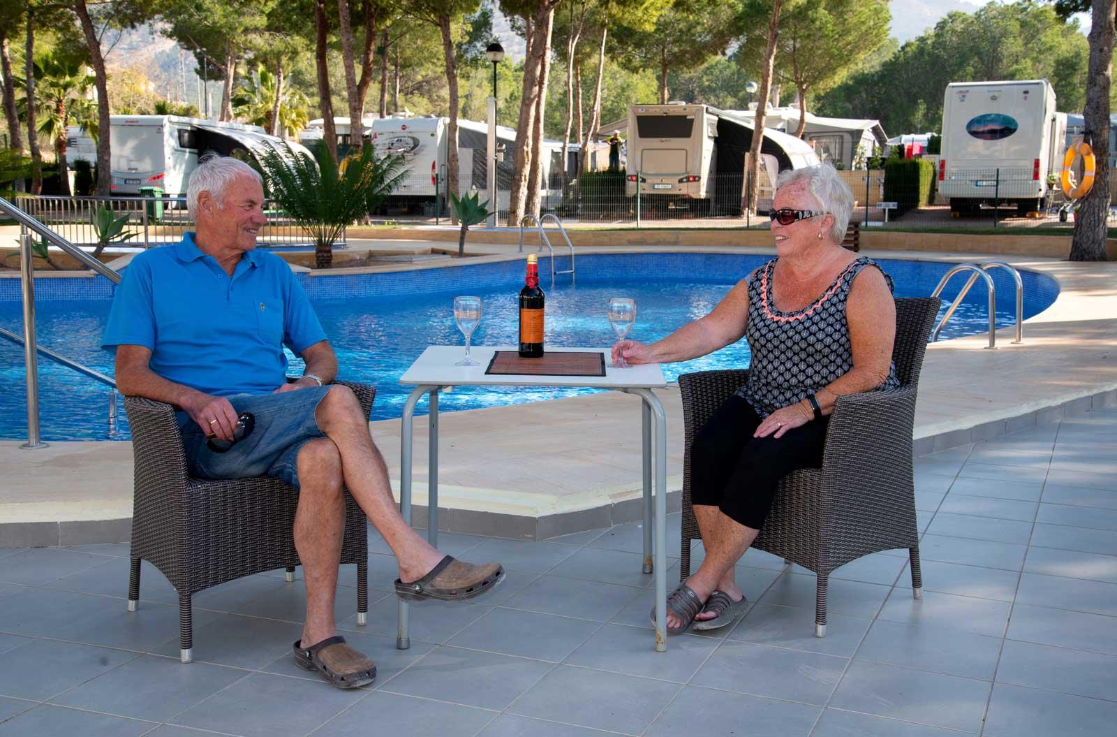 Mari og Per ved bassenget med vin