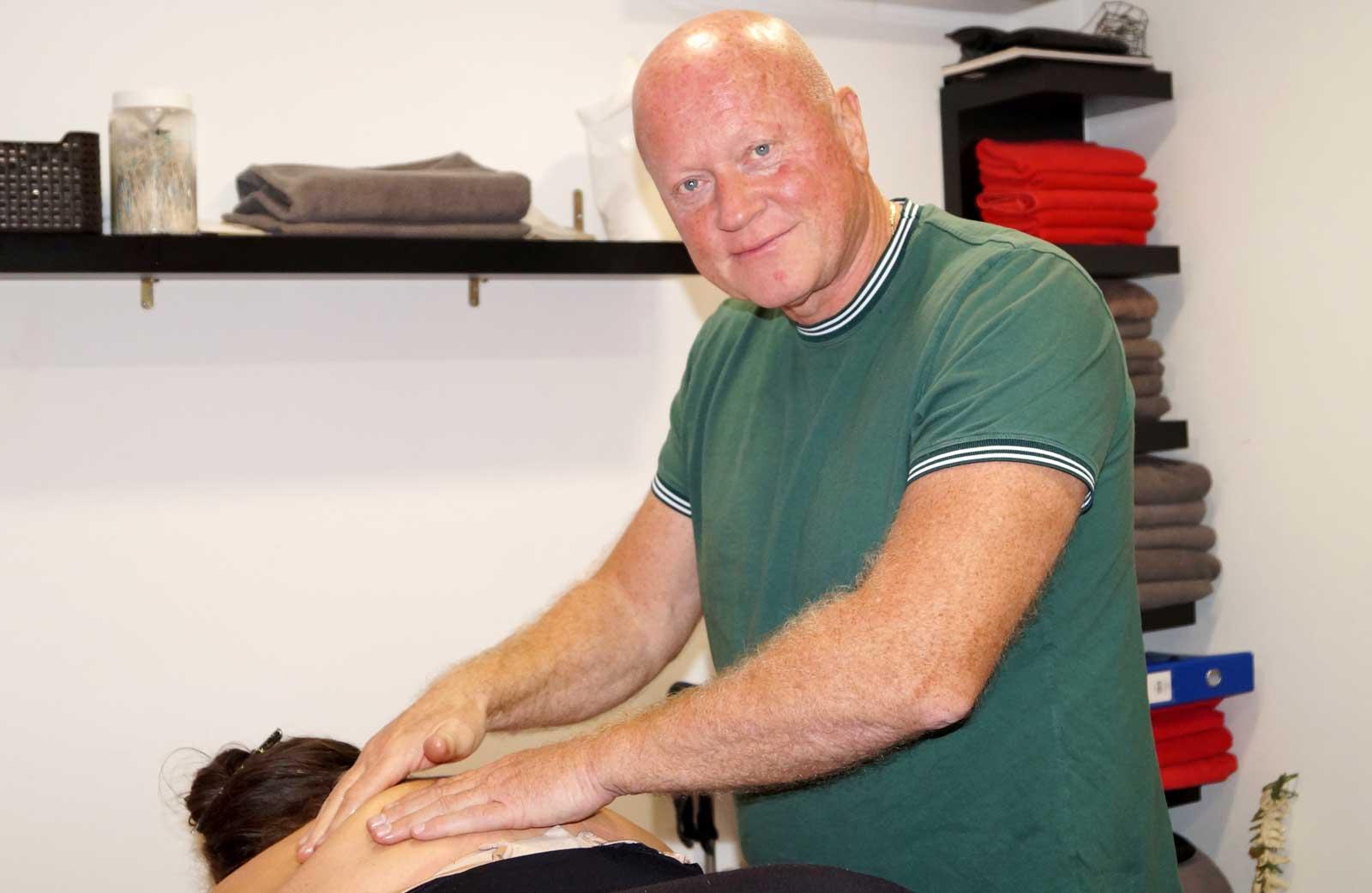 Egil masserer pasient