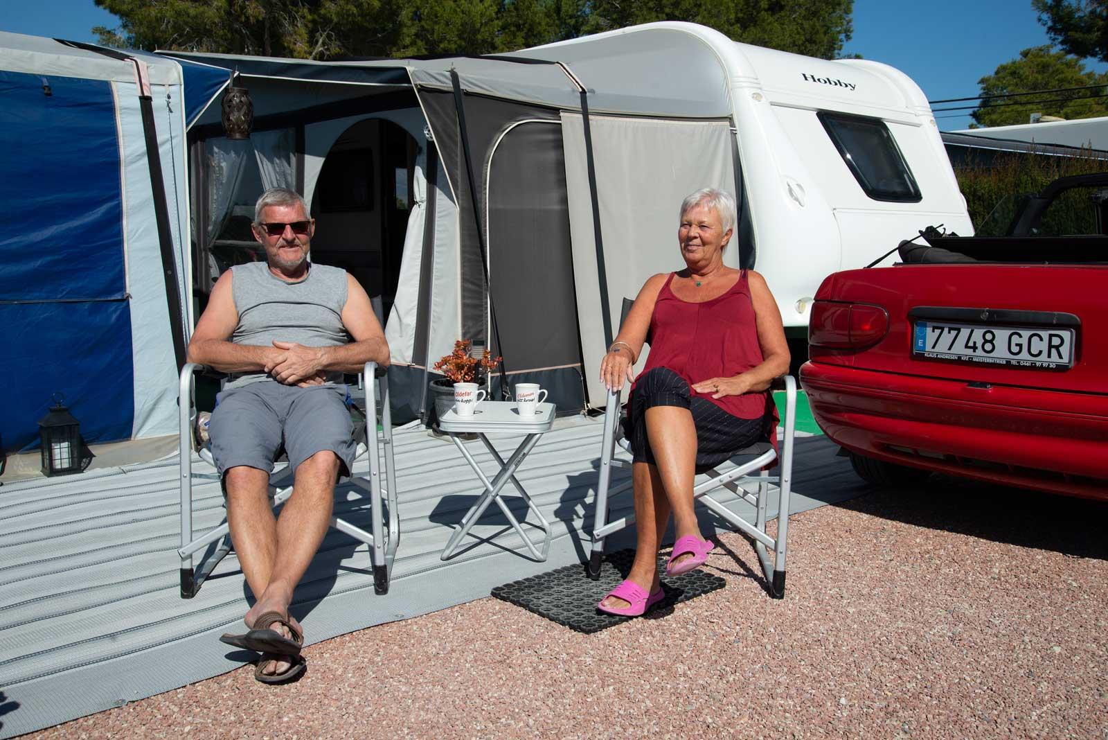 Toril og Roar foran campingvogn