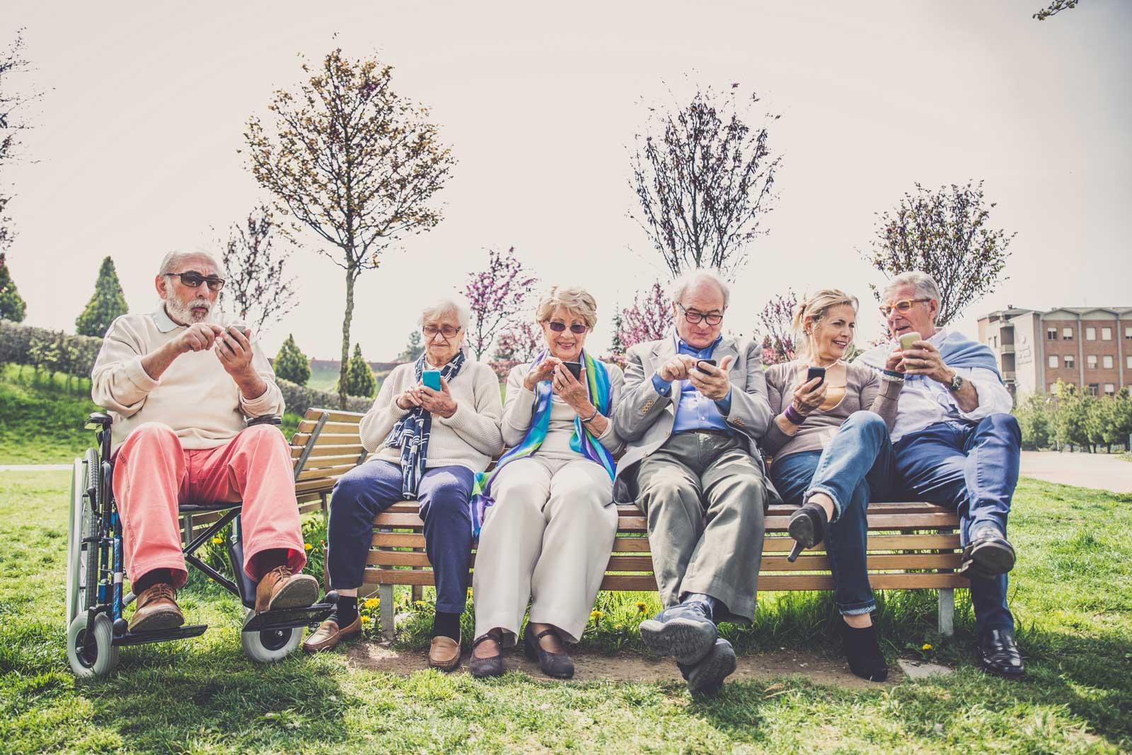 Pensjonister sammen på benk